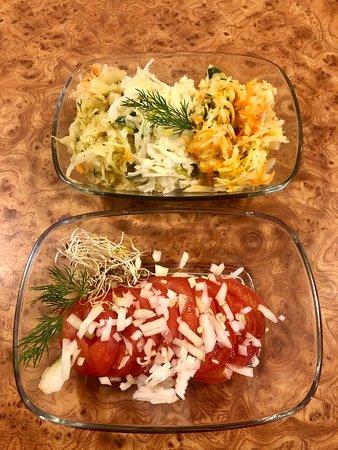 Pomidorki z cebulką i surówki