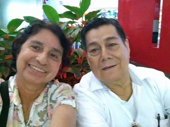 Florencia, Κολομβία: con mi esposo. De visita en el centro cuando tenia plantas.