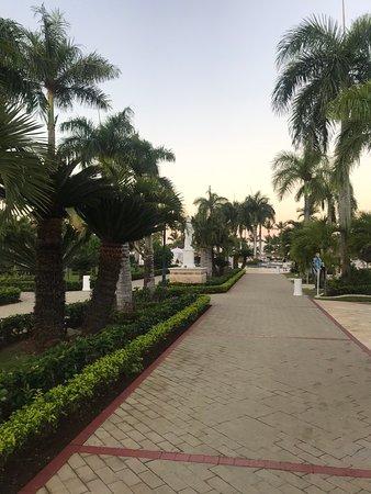 Promenade entre la plage-piscine et les restaurants, l'acceuil, le lieu de spectacle.