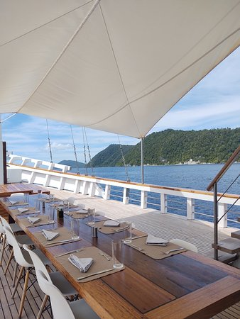 Sorong, Indonésie: A picture of the front dining table set up for lunch. The ship was really pretty, and the scenery isn't bad either :)