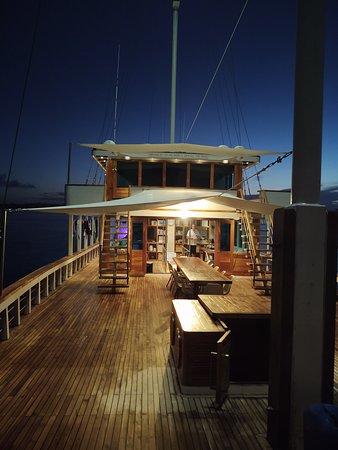Sorong, Indonésie: The front deck at night.