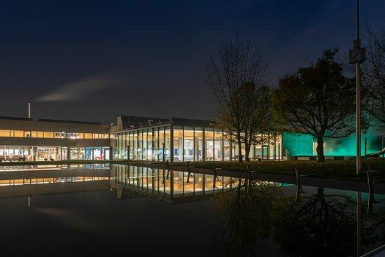 """Herzogenbuchsee, Szwajcaria: AquArenA Sport + Wellness AG by Night - wunderschöne Anlage im """"Grünen"""", Gratisparking, Frei- und Hallenbad, Wellness-Bereich, Warmwasserbecken, Restaurant, Kurse."""