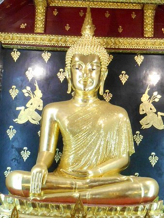 Phra Buddha Chinnarat: inside temple