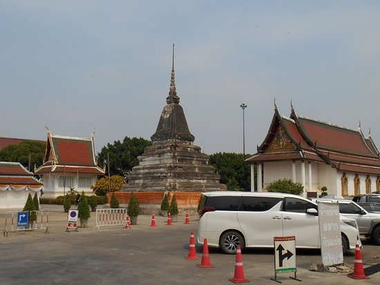 Phra Buddha Chinnarat: outside temple