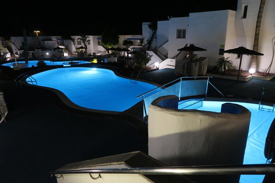 Las piscinas de noche.