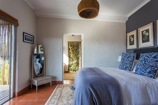 Rheenendal, Sudáfrica: Plush Queen to on-suite outside shower!