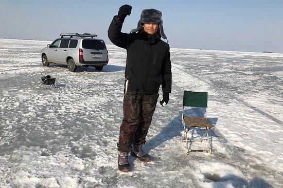 冬の釣りであなたの運を試してみてください。居心地の良いカフェでのランチを含む