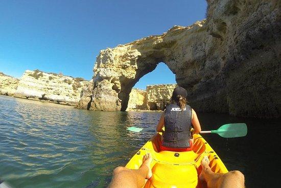 Entdecken Sie wilde Strände und Höhlen beim Kajakfahren, Armação de...