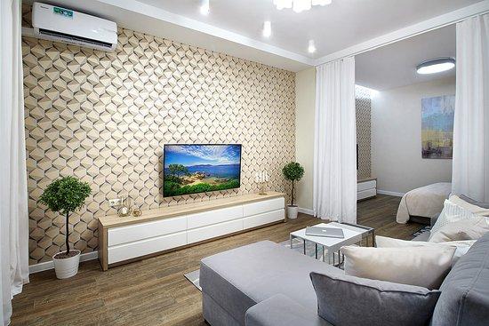 Grodno, Bělorusko: Абсолютно новая, дышащая чистотой и свежестью квартира в элитном доме, который расположился в пешей доступности от исторического центра. Это ли не мечта уставшего после дороги путешественника или утомленного долгим рабочим днем сотрудника? Оформленная в спокойном и столько популярном нынче скандинавском стиле, эта квартира располагает к приятному отдыху. Здесь можно расслабиться в гордом одиночестве или провести романтичный вечер вдвоем.