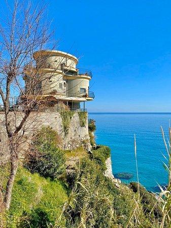 Caminia, Italy: Villa Alcado,dove sole ☀️ e mare 🌊 si incontrano in un connubio perfetto 👌 Dove l'alba 🌅 che sorge dal mar ionio 🌊 è un misto di emozioni uniche! Una villa 🏠 dove i sogni diventano realtà