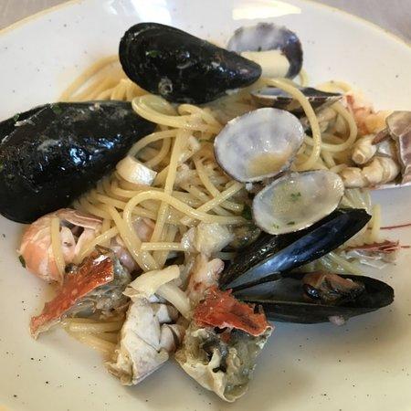 Forse uno dei migliori ristoranti in provincia dove mangiare dell ottimo pesce.dato l ottima qualità, rapporto qualità prezzo più che buono.consigliato