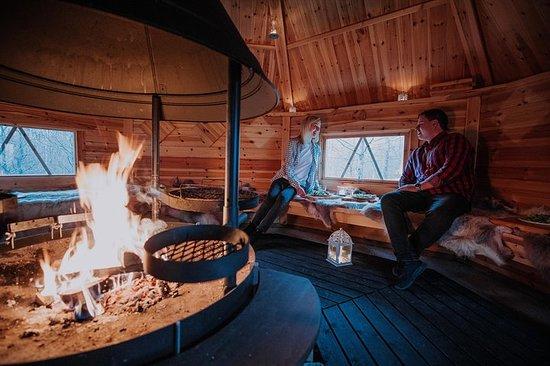 ヘルシンキから30分のラップランドスタイルの小屋で焼かれたサーモン