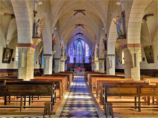 C'est une église accueillante et chaleureuse, les couleurs chaudes diffusées par les vitraux lui confèrent un agrément particulier. Un endroit idéal pour le recueillement, la prière, la méditation, ou simplement pour se sentir bien. Le charme de cette église a agit sur moi de façon immédiate.
