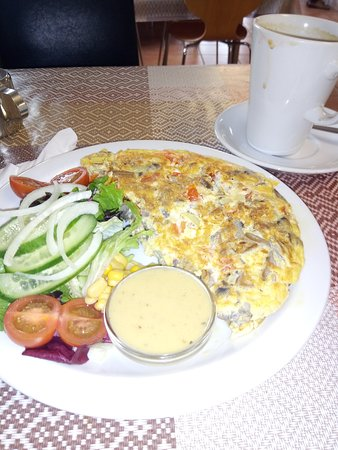 Lower Peover, UK: Lovely omelette at Snowdrop cafe and scone