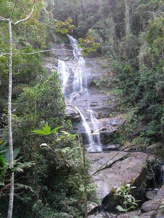 Brasilien: Cascatinha Taunay a maior queda d'água do parque da Tijuca, fica na entrada do Alto da Boa Vista. O nome da cascata homenageia o francês Nicolas Antoine Taunay que a descobriu, ele fazia parte da missão artística francesa que veio ao Rio de Janeiro em 1816 a convite de D. João VI