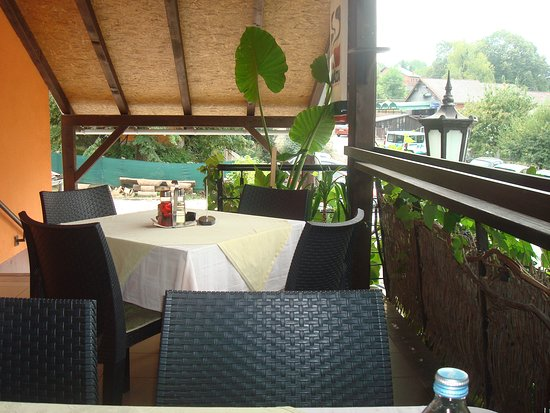Slatina, Horvátország: Restaurant terrace