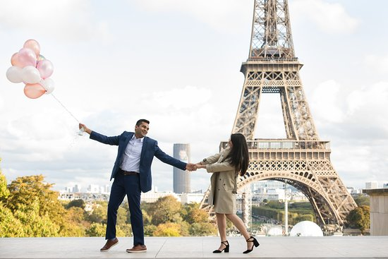 A very fun engagement photoshoot in Paris! As professional photographers will always make sure to get the perfect shot!