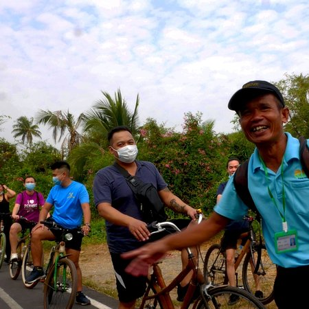 Провинция Самутпракан, Таиланд: Biking tour with Malaysian tourists some are wearing masks because of Corona Virus fear and spreading they looked very happy at the end.
