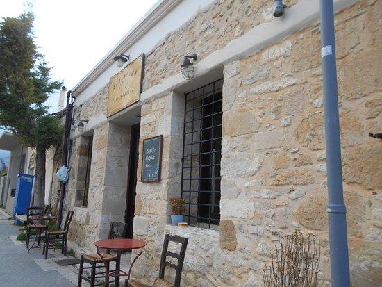 Pendamodi, Greece: Διάλειμμα για μεζέδες, σε ένα γραφικό καφενείο του Πενταμοδίου.