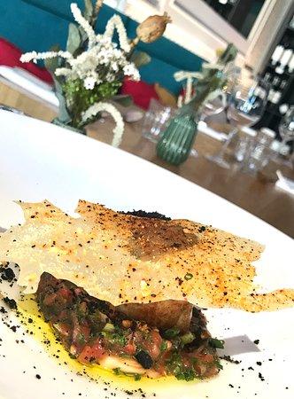 Entrée du menu du jour : Tataki de thon et condiments de tomates