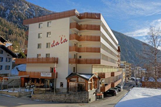 Aparthotel Garni dala Leukerbad mit Hotelzimmer und Familienapartments, alle mit Balkon und Top-Lage im Zentrum von Leukerbad, wenige Gehminuten zu den Thermen, Bergbahnen, Shops und Restaurants