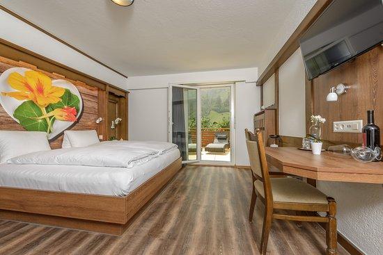 Aparthotel Garni dala Leukerbad - unsere Themenzimmer mit Alpenblumen und grossem Südbalkon mit einzigartiger Aussicht auf die Berge