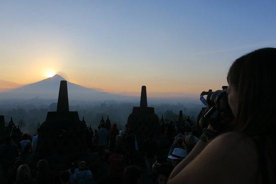 Bromo al amanecer. LLegas por la noche y no puedes ver lo que es el templo en realidad. Empiezas a subir escaleras sin fijarte bien por donde pasas, buscas un lugar para ver salir el sol.