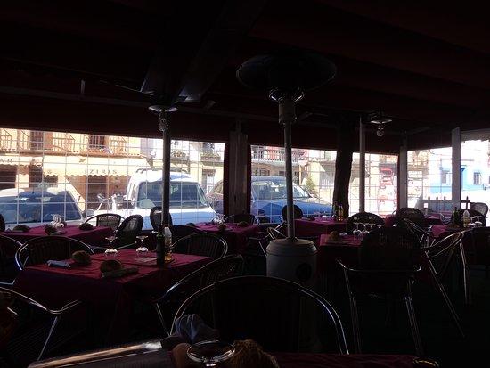 Madrigal de la Vera, Spanje: terraza comedor junto a la carretera principal que cruza el pueblo, acogedor y comodo