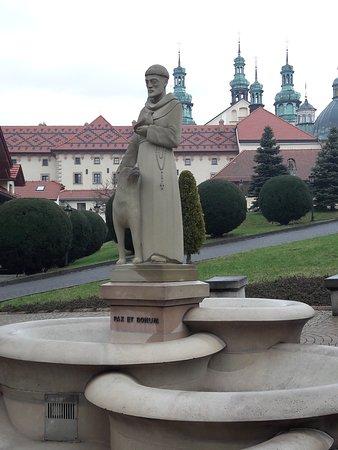 W centrum placu Domu Pielgrzyma