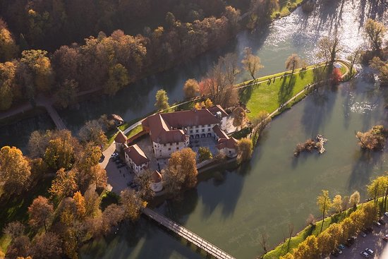 How astonishing is Otočec Castle, near Novo mesto? Breathtaking in any season during the year 💚 🏰   #ifeelsLOVEnia