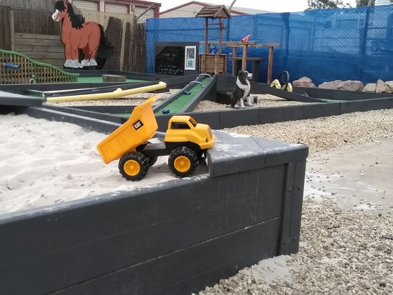 The Crazy Cow Activity Centre: Outside activities - 4 holes mini golf, sand pit and ride on cars