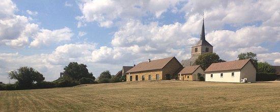 """Belle Vue Maurel: Vue du sud de la maison et de l""""église"""