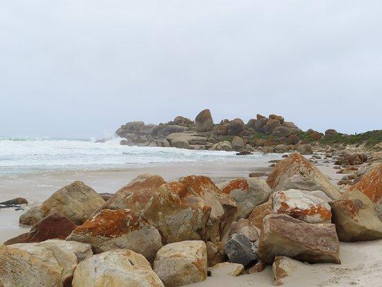 Llandudno, Южная Африка: Large rocks and looking along the beach