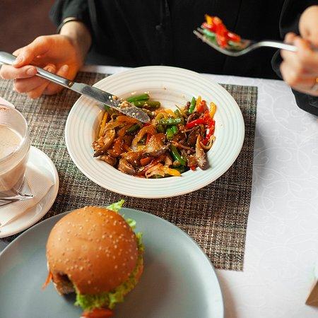 Вегетарианский бургер и тушеные овощи