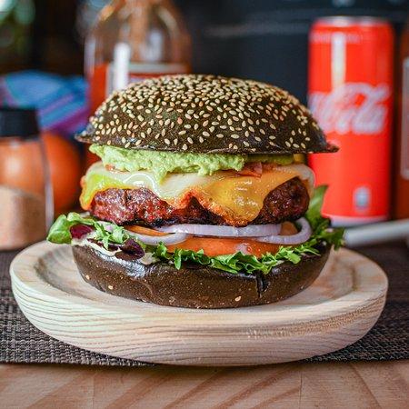 Barcelona Burger  ☑ 200gr de ternera ☑ Tomate ecológico ☑ Cebolla figueras ☑ Queso Cheddar ☑ Mayonesa casera ☑ Tocino de pavo ☑ Aguacate ☑ Queso manchego