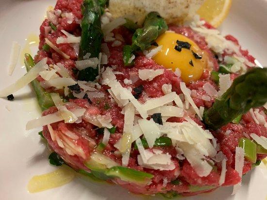 Flero, Италия: tartare di fassona piemontese con punte di asparagi crispy e pecorino romano