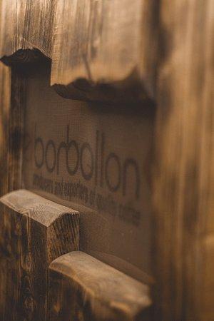Las paredes de nuestra barra principal esta cubierta de sacos de café de nuestros diversos colaboradores, Nos ayudan siempre a dignificar la figura del caficultor  y de que tengan un pago justo por su trabajo.