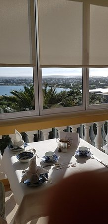 Lakeside, Južna Afrika: The breakfast table, with a view of False Bay and Table Mountain.