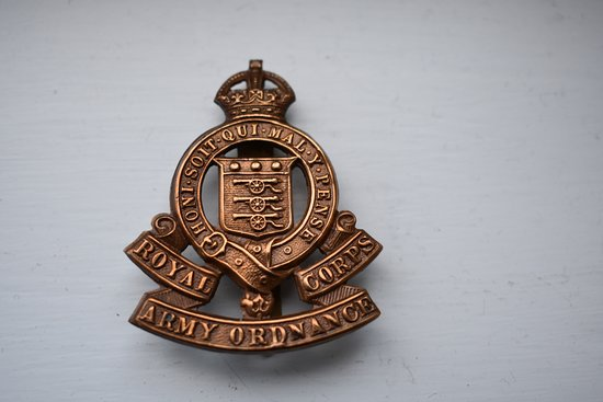 Broadstairs, UK: MANY ARMY WW1 AND WW2 BADGES IN STOCK