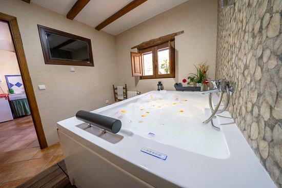 Laroya, España: baño con jacuzzi privado