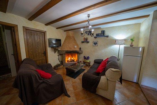 Laroya, España: salon con chimenea