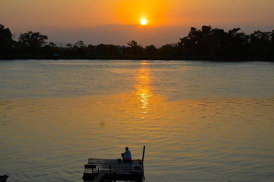 Medio Atrato, Colombia: Atardecer en el río Atrato, en Riosucio (Chocó), Colombia