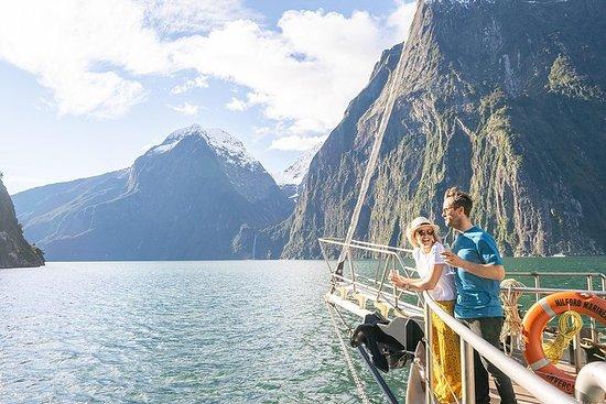 Offre combinée Te Anau: croisière nature Milford Sound ainsi que visite de la grotte aux verts luisants de Te Anau Photo