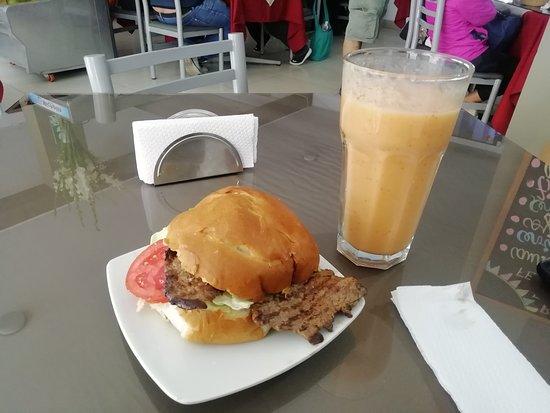 La Oroya, Peru: Sandwich de bisteck de carne con jugo surtido