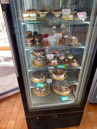 La nostra vetrina di torte gelato e biscotti cannoli fatti da noi e tanto altro trovi