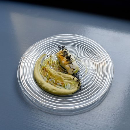 Filetto di merluzzo cotto a 58° gradi per 20 min accompagnato da crema di piselli, curcuma e olive nere essiccate per creare una polvere densa, una terra, che si sposa incantevolmente con la sapidità del merluzzo.