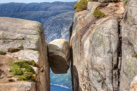 Рогаланд, Норвегия: Questo spettacolare sito si chiama Kjeragbolten e si trova nella regione di Rogaland, nella Norvegia Occidentale. In questa regione di fiordi spettacolari, molto frequentata dagli appassionati di base jumping, si trovano diverse bizzarre formazioni rocciose, tra cui il grande masso della nostra immagine, incastrato tra due scogliere all'altezza di 984 metri. Non è semplice arrivarci: è necessario compiere una lunga escursione con alcuni tratti di arrampicata, ma la vista ripaga della fatica.