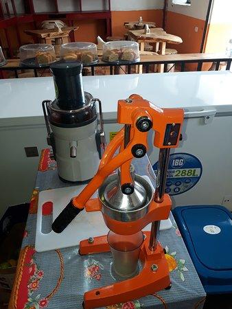 Coconuco, Colombia: Exprimidor de naranja, extractor de frutas, mesas del local.