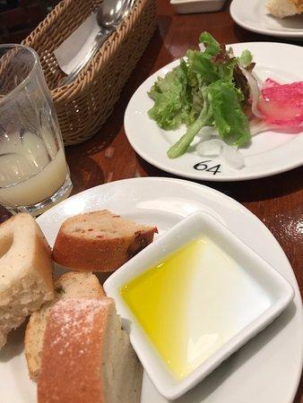 取り放題のパンとサラダ