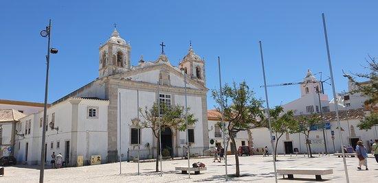Großer Platz vor der Igreja Matriz de Santa Maria